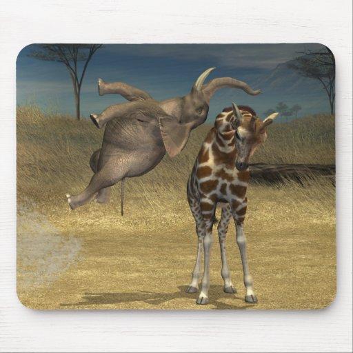 El elefante salta sobre jirafa alfombrilla de ratones
