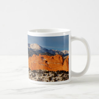 El elevarse sobre el monolito tazas de café