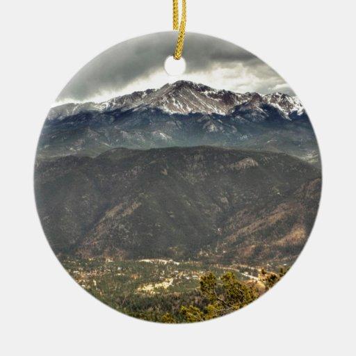 El elevarse sobre una pequeña ciudad ornamento de navidad