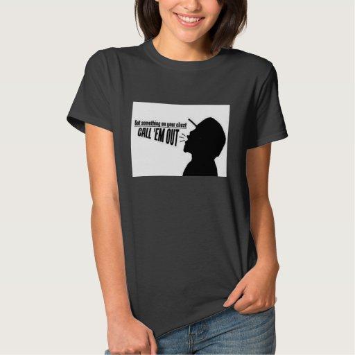 El Em de la llamada hacia fuera adapta Camisas