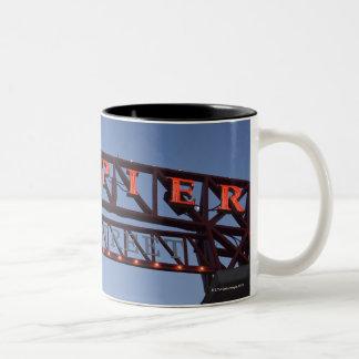 El embarcadero de la marina de guerra firma adentr tazas de café