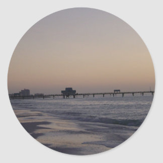 El embarcadero en la puesta del sol pegatina redonda
