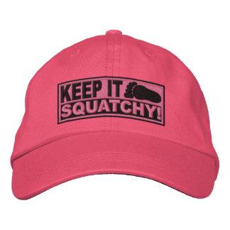 ¡El *EMBROIDERED* rosado lo guarda Squatchy! - Bob Gorra De Béisbol