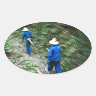 El emigrar a través de la selva tailandesa calcomania ovalada