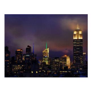 El Empire State Building brilla intensamente en Tarjeta Postal
