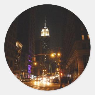 El Empire State Building en la noche Pegatina Redonda