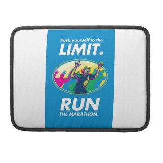 El empuje del corredor de maratón limita el poster fundas macbook pro