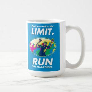 El empuje del corredor de maratón limita el poster taza de café