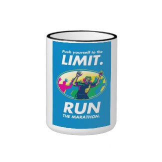 El empuje del corredor de maratón limita el poster taza