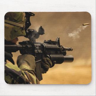 El encajonar de Shell encendido de un rifle M-4 Mousepads