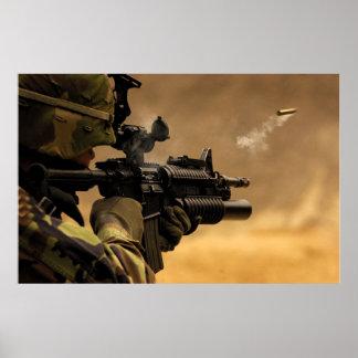 El encajonar de Shell encendido de un rifle M-4 Póster
