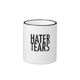 El enemigo rasga la taza