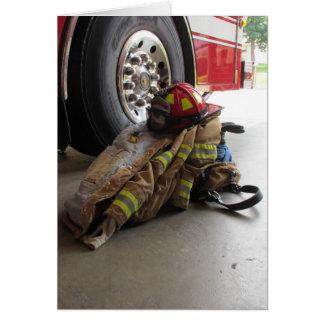El engranaje y el camión del bombero tarjeta de felicitación