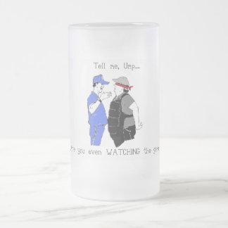 El entrenador de béisbol y el árbitro hacen frente taza de cristal