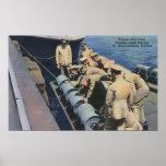 El equipo del barco de Topedo prepara la carga de  Poster
