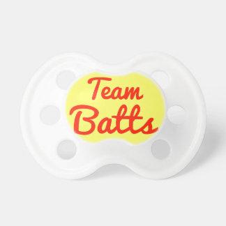 El equipo golpea chupetes de bebé