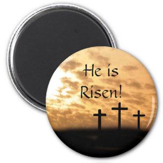 Él es cruces e imán subidos de Pascua de la puesta
