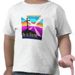 Él es diseño cristiano cruzado subido del regalo camiseta