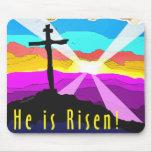 Él es diseño cristiano cruzado subido del regalo alfombrillas de raton