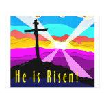 Él es diseño cristiano cruzado subido del regalo tarjeta postal
