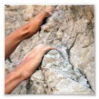 El escalador de roca da el primer fotografías