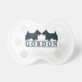 El escocés escocés de Gordon del clan persigue el Chupete De Bebé