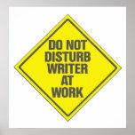 El escritor en el trabajo no perturba la muestra d impresiones