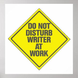 El escritor en el trabajo no perturba la muestra d