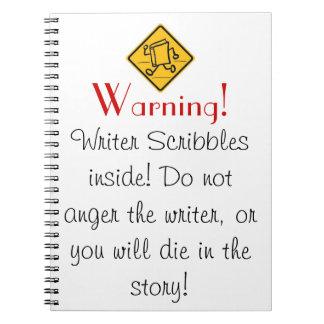El escritor garabatea el cuaderno