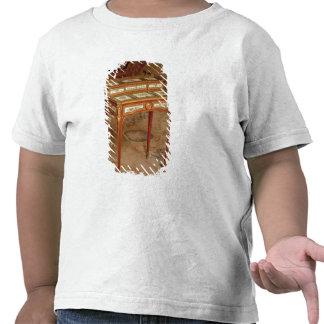 El escritorio de la mujer con los paneles de la po camiseta
