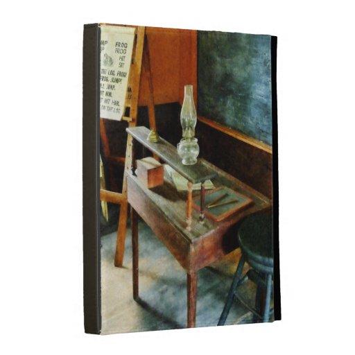 El escritorio del profesor con la lámpara de hurac