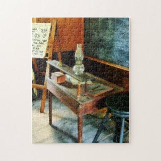 El escritorio del profesor con la lámpara de hurac puzzle