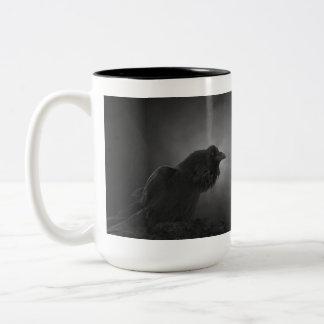 El escuchar y travesura, taza del cuervo del cuerv