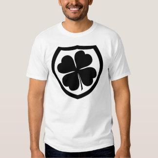 El escudo blanco y negro de la multitud irlandesa polera