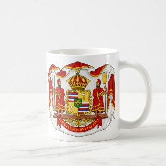 El escudo de armas real del Reino de Hawaii Taza Básica Blanca