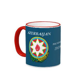 El escudo y la bandera de Azerbaijan ennegrecen la Taza De Dos Colores
