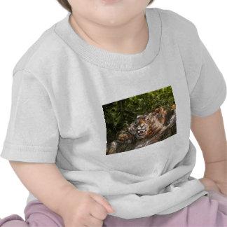 el esculpir de piedra por el ciervo de JD Camiseta