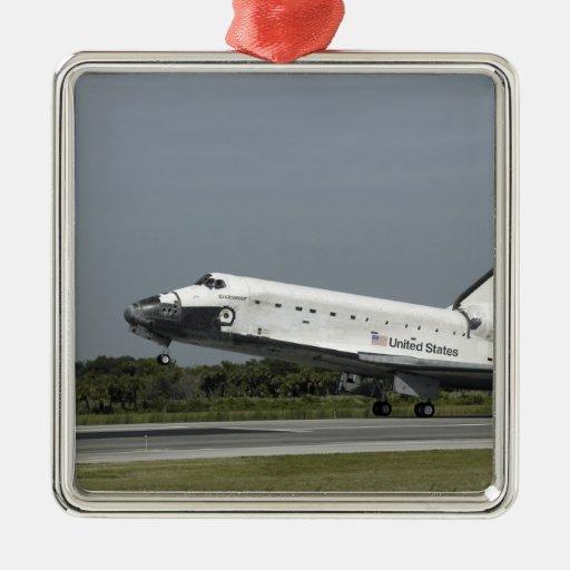 El esfuerzo del transbordador espacial aterriza adorno navideño cuadrado de metal