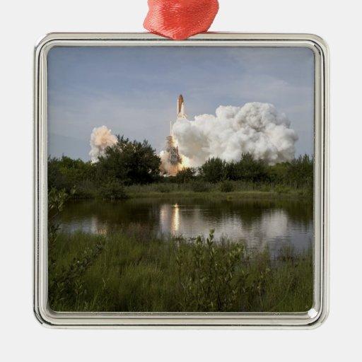 El esfuerzo del transbordador espacial quita 6 adornos de navidad