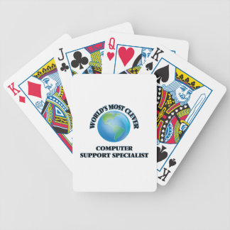 El especialista más listo del soporte informático baraja cartas de poker