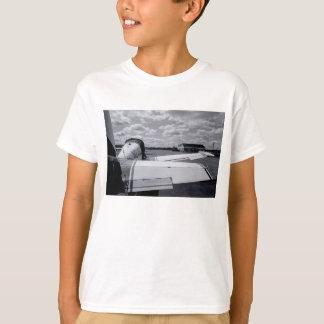 El esperar a ir la camiseta del niño