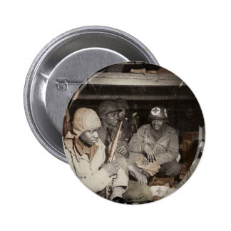El esperar de los médicos de WWII Pin Redondo De 2 Pulgadas