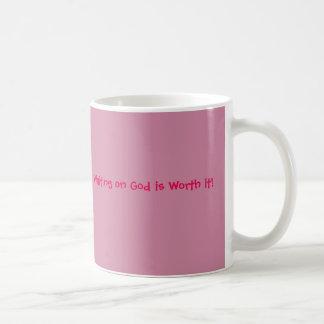 El esperar en dios lo vale taza de café rosada