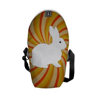 El espiral circunda colorido con el conejito blanc bolsas de mensajeria