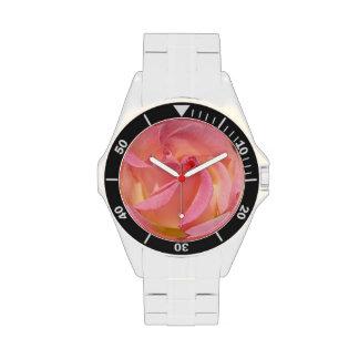 El espiral color de rosa rosado de la flor mira lo relojes de pulsera