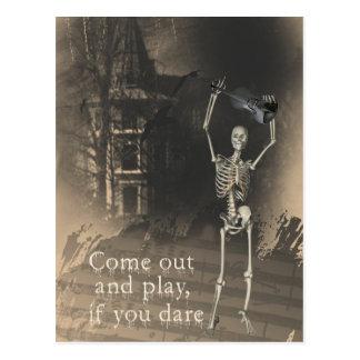El esqueleto con el violín se atreve le para salir postales