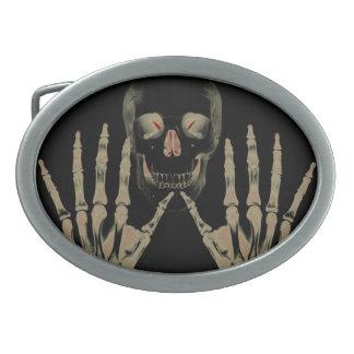 El esqueleto con rojo de las manos acentúa la hebillas de cinturon ovales