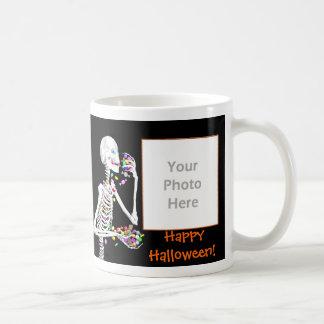 El esqueleto de Halloween trata el marco 2-Photo Tazas De Café