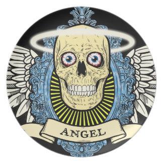 El esqueleto del cráneo del ángel con halo con el  platos de comidas