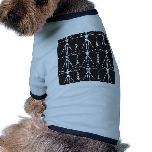 El esqueleto divertido ejercita los cráneos gótico camiseta con mangas para perro